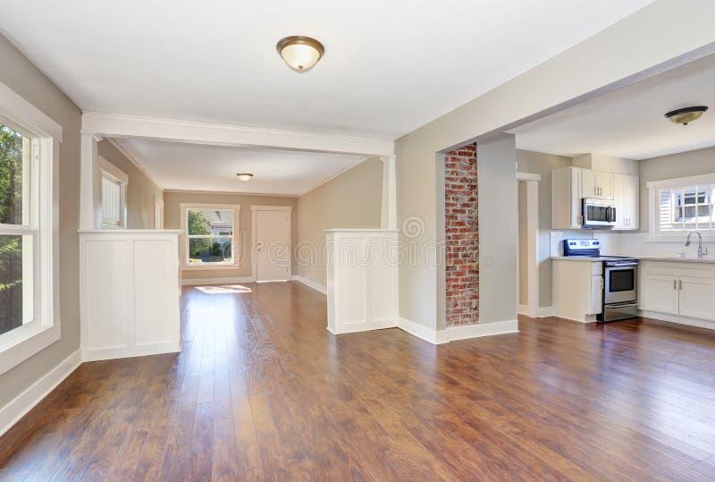 Programma di pavimento aperto Interno vuoto di corridoio con il pavimento di legno duro di marrone scuro fotografia stock