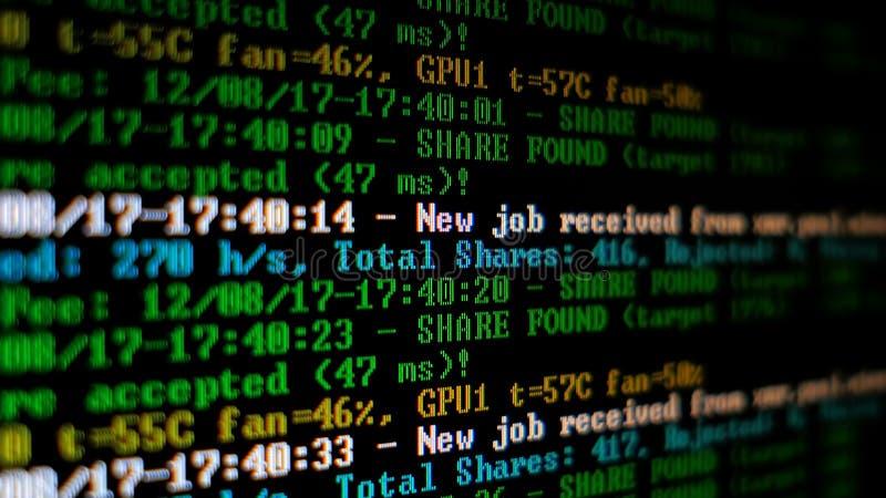 Programma di processo di Cryptocurrency di estrazione mineraria sul PC dell'esposizione Facendo uso di software Parte trovata fotografia stock
