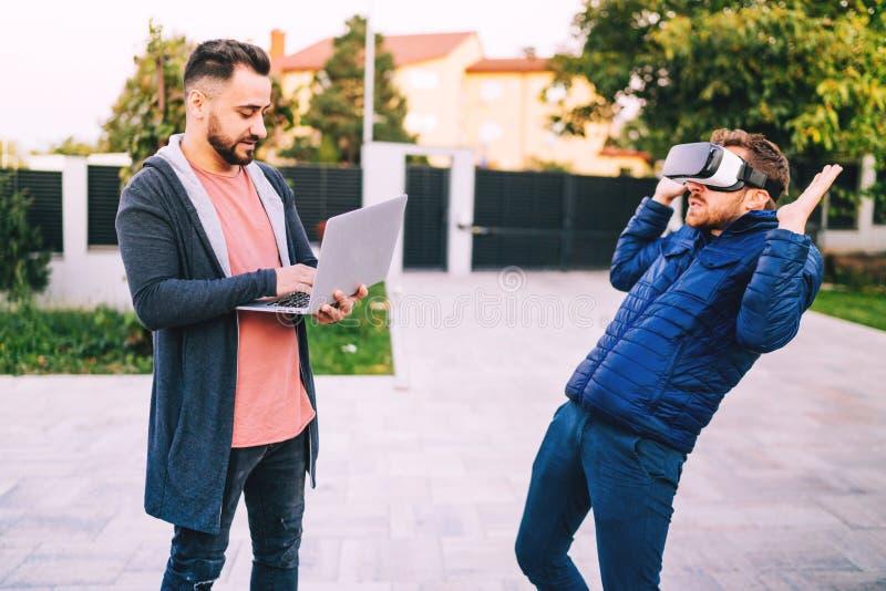 Programmant et codant des technologies avec des lunettes de réalité virtuelle Codeurs travaillant à de nouvelles applications images stock