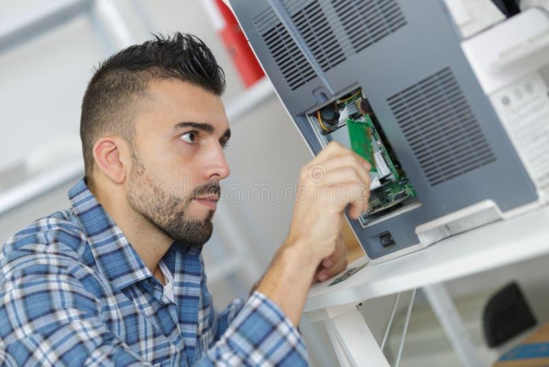 Programmatore del dispositivo che inserisce chip immagine stock