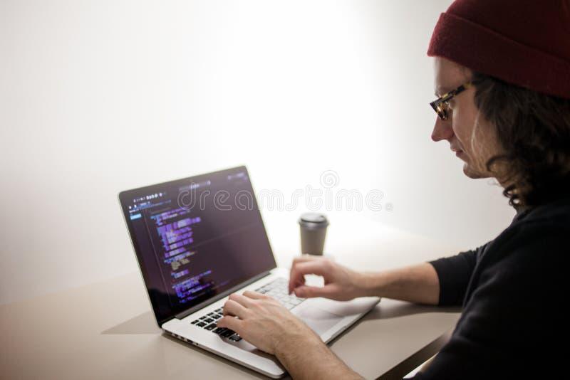 Programmatore e codificatore che lavorano nell'ambiente di sviluppo Posto di lavoro del ` s del programmatore immagini stock libere da diritti