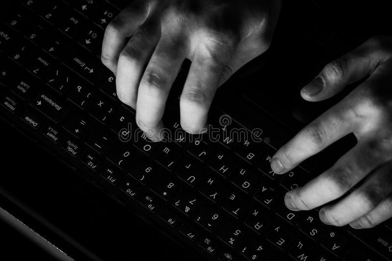 Programmatore maschio che lavora al desktop computer allo scrittorio bianco in ufficio fotografia stock libera da diritti