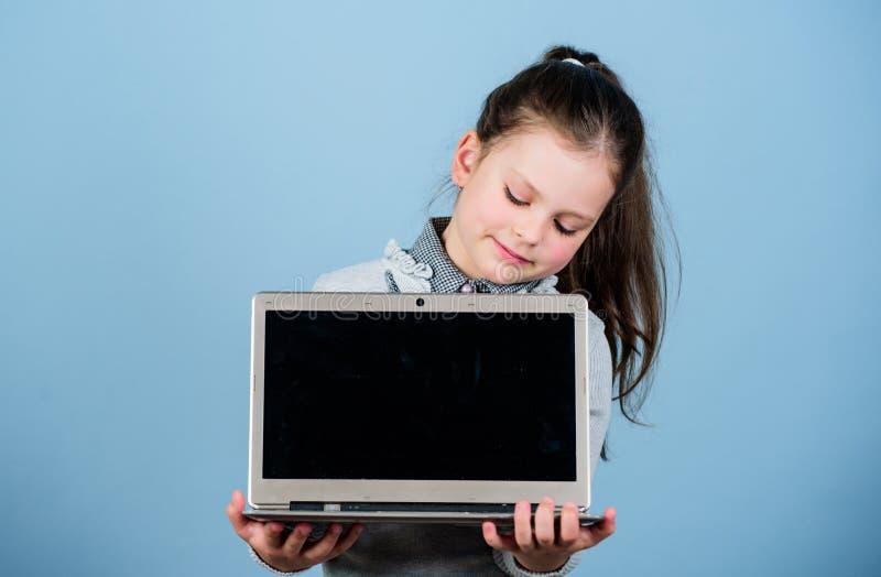 Programmazione di studio Piccolo bambino facendo uso del pc Vita online Internet praticante il surfing Sviluppi il proprio blog B fotografia stock