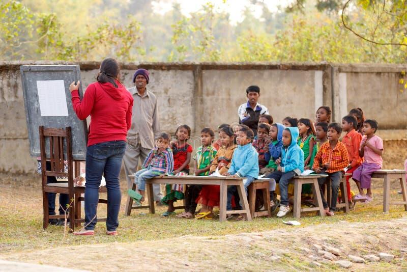Programme éducatif rural, enseignant dehors photos stock