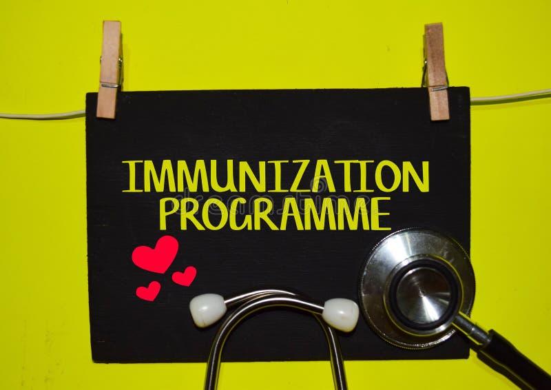 PROGRAMME d'IMMUNISATION sur le fond jaune photo stock