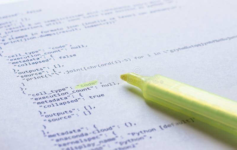 Programmeertaalpython op papier stock fotografie