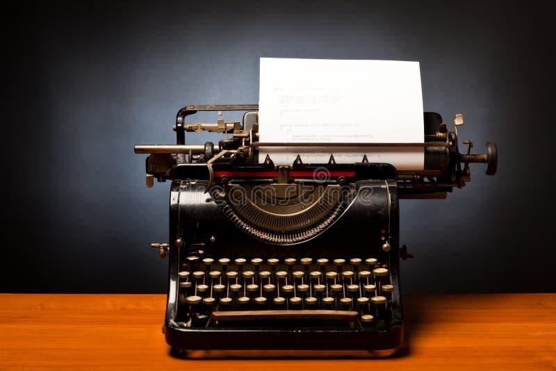 Programmera på en skrivmaskin royaltyfri fotografi