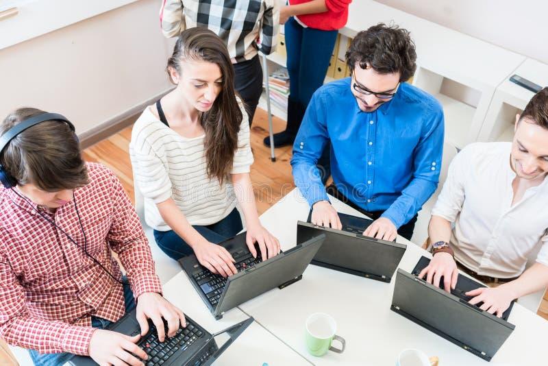 Programmerare i den startup affären som arbetar på datoren royaltyfria foton