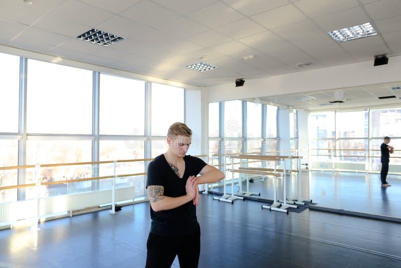 Programmerare i sportswearen som gör gymnastik för att undvika problem med royaltyfri fotografi