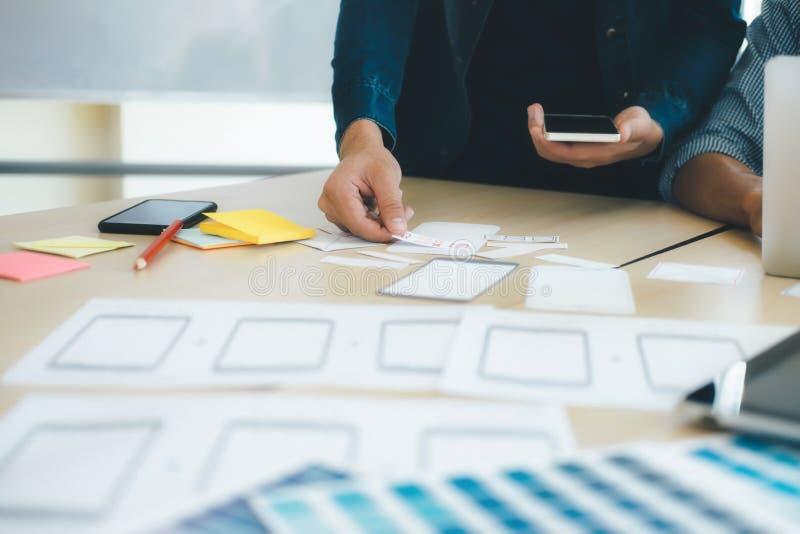 Programmerare- och rengöringsdukformgivare, UX UI möte för att hyvla mobilen ap royaltyfria foton