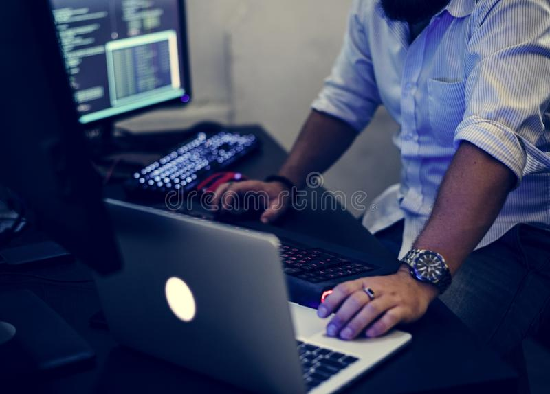 Programmerare som arbetar på datorbärbara datorn royaltyfri fotografi