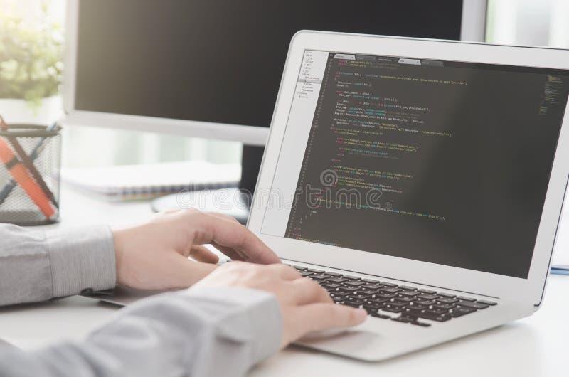 Programmerare som arbetar upptagen programvara som framkallar i företagskontor royaltyfria foton