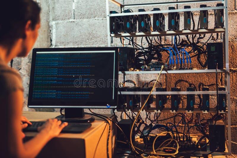 Programmerare som justerar cryptocurrencyen som bryter riggen fotografering för bildbyråer