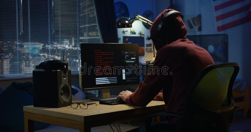 Programmerare som kodifierar på natten royaltyfria bilder