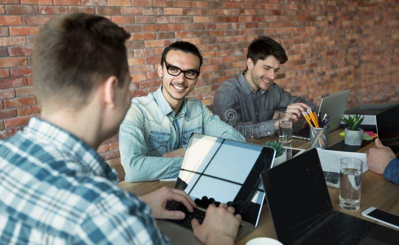 Programmerare som samarbetar på framkallande apps för IT-företag royaltyfri bild