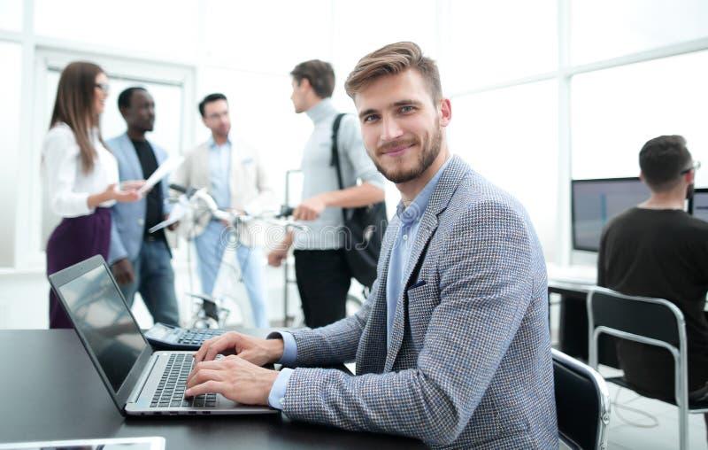 Programmerare testar bärbara datorn i kontoret royaltyfria bilder