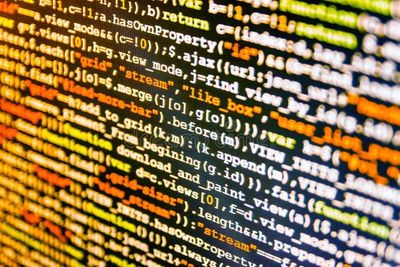 Programmerareockupationjobb Innovativt startup projekt En hacker som bryter igenom netto säkerhet arkivfoton