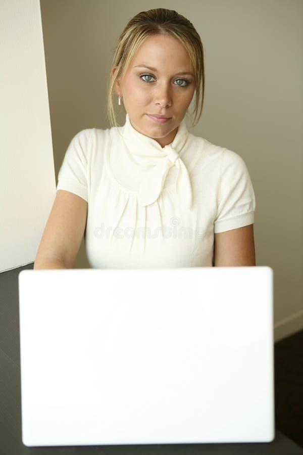 Programmerend meisje bij witte computer stock afbeelding