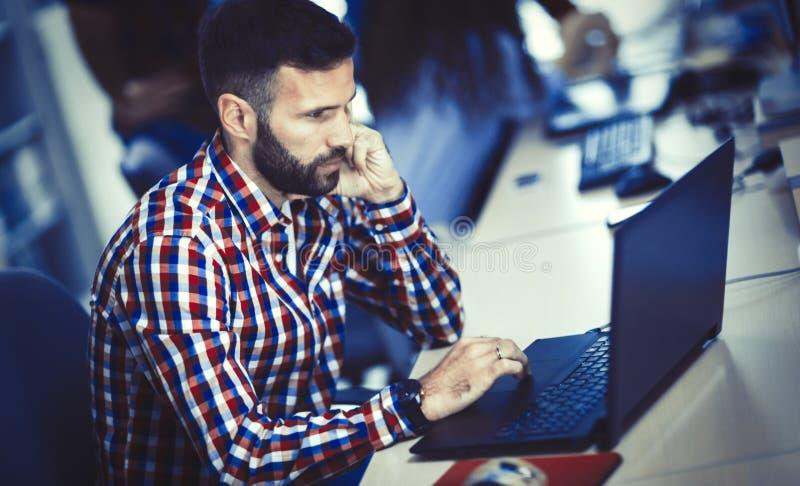 Programmeur die bij software-ontwikkelingbedrijf werken royalty-vrije stock afbeeldingen