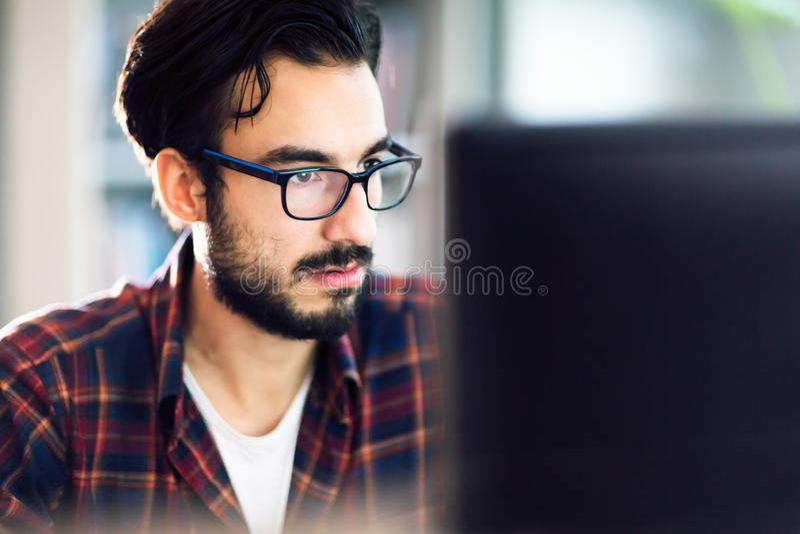 Programmeur die bij software-ontwikkelingbedrijf werken royalty-vrije stock fotografie