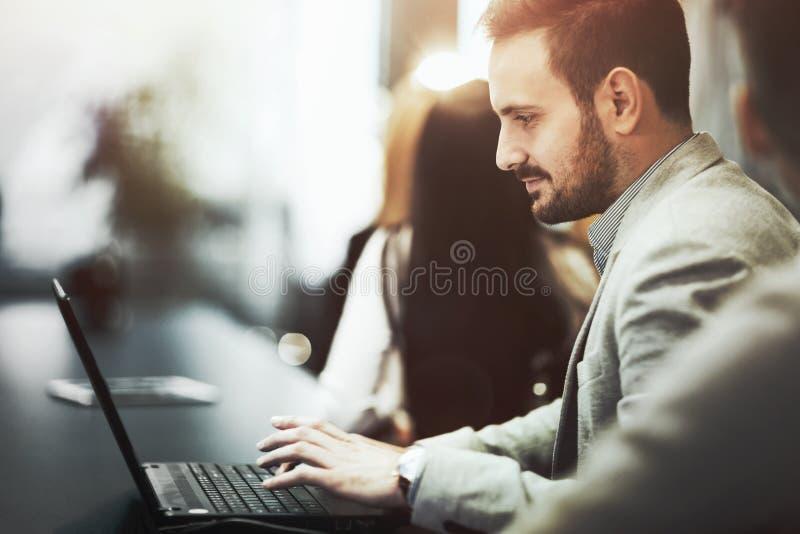 Programmeur die in bureau aan laptop werken stock afbeelding