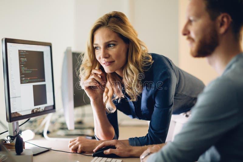 Programmeur die in een software werken die bedrijf ontwikkelen royalty-vrije stock afbeelding