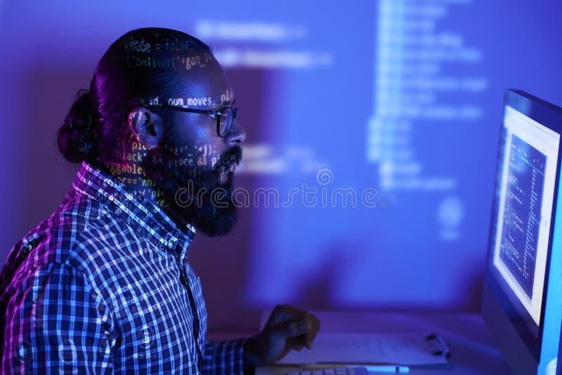 Programmeur die met software werkt royalty-vrije stock afbeelding