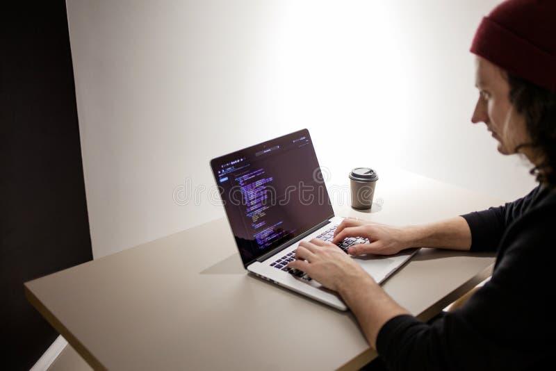 Programmeur et codeur travaillant dans l'environnement de d?veloppement Lieu de travail du ` s de programmeur photo libre de droits