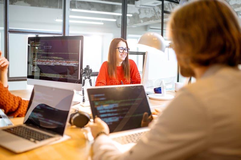 Programmeurs die in het bureau werken stock afbeeldingen