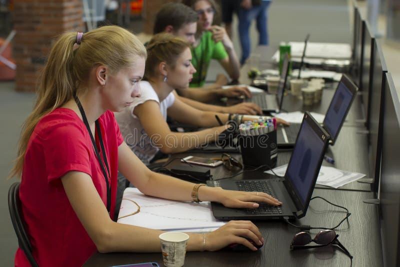 Programmeurs op het werk stock afbeeldingen