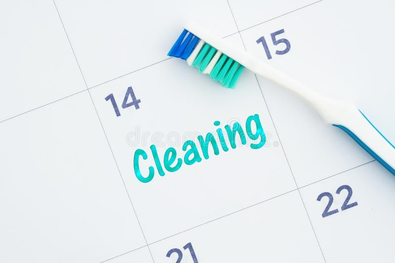 Programmez un message de nettoyage dentaire sur un calendrier avec une brosse à dents illustration libre de droits