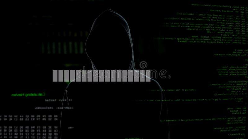 Programmieren Sie das Laden, kriminell zerhackenden im Hoodiewarteserver, Datenbruch stockfoto