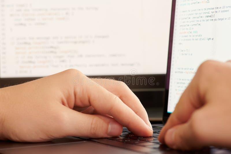 Programmierer, der Code macht stockfotografie
