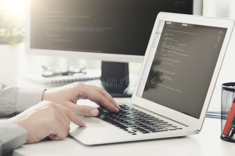 Programmierer, der die beschäftigte Software sich entwickelt im Firmenbüro bearbeitet lizenzfreies stockfoto