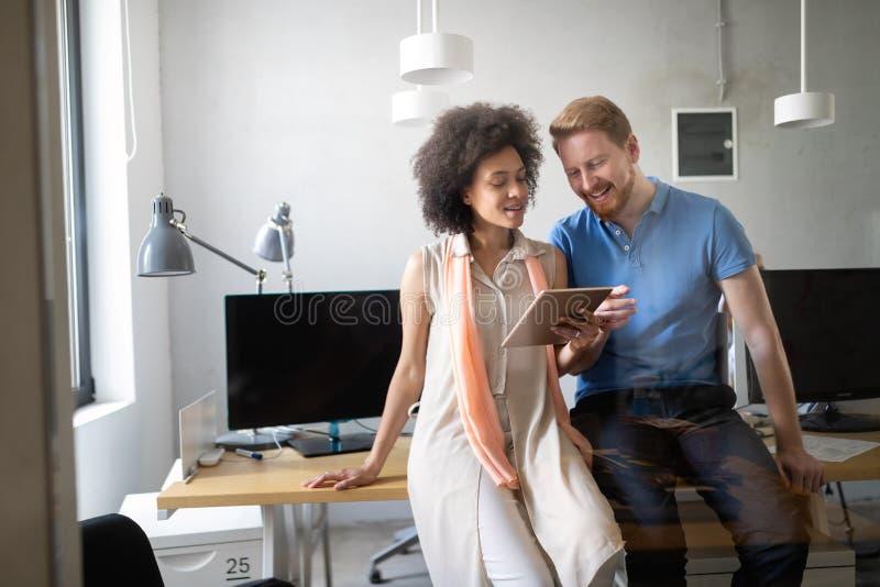 Programmierer, der in einem sich entwickelnden Büro der Software Firmenarbeitet stockfotos