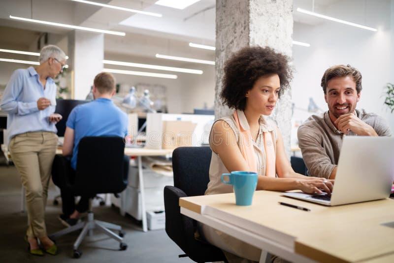 Programmierer, der in einem sich entwickelnden B?ro der Software Firmenarbeitet lizenzfreie stockfotos