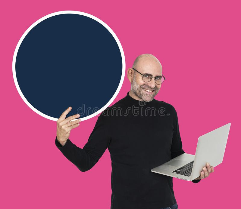 Programmierer, der einen leeren Kreis hält stockfoto
