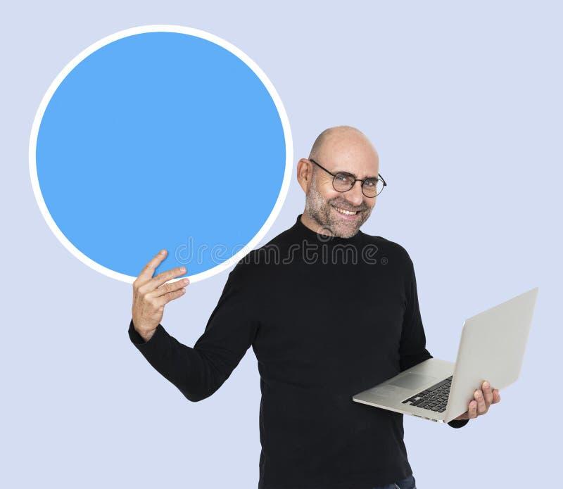 Programmierer, der einen leeren Kreis hält lizenzfreies stockfoto