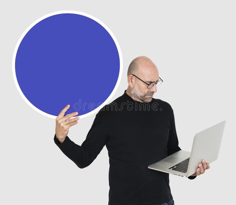 Programmierer, der einen leeren Kreis hält stockfotografie