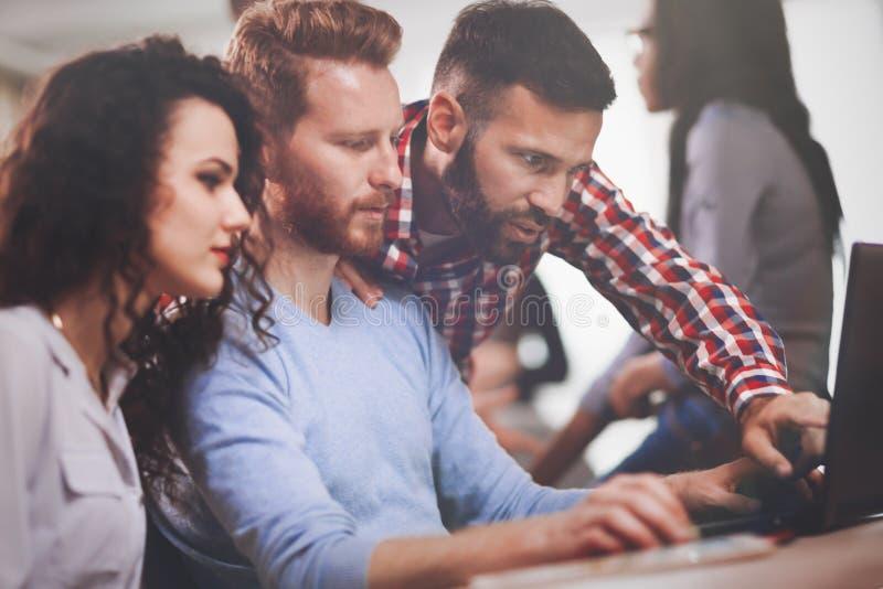 Programmierer, der in einer sich entwickelnden Firma der Software arbeitet lizenzfreie stockfotos