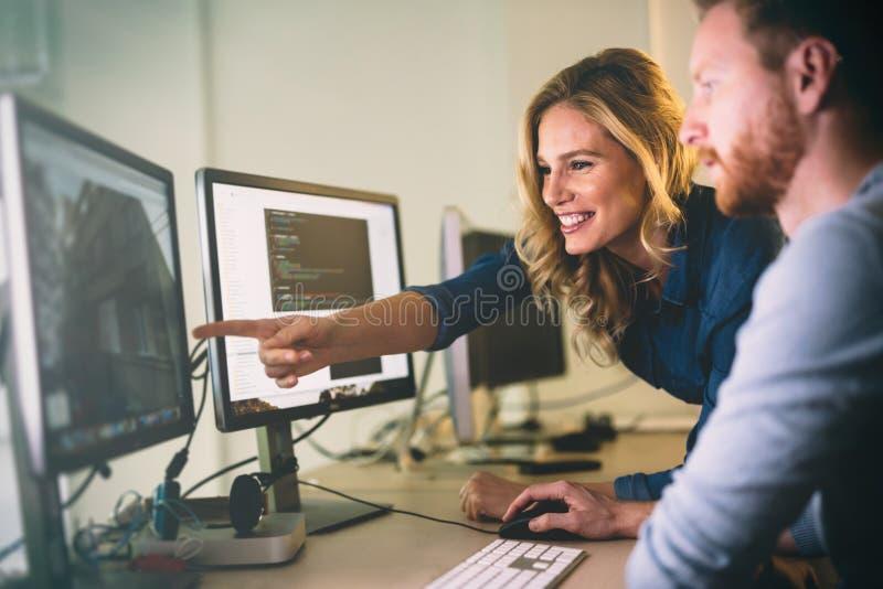 Programmierer, der in einer sich entwickelnden Firma der Software arbeitet lizenzfreie stockfotografie