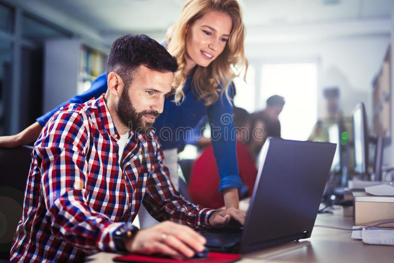 Programmierer, der in einer sich entwickelnden Firma der Software arbeitet stockfoto