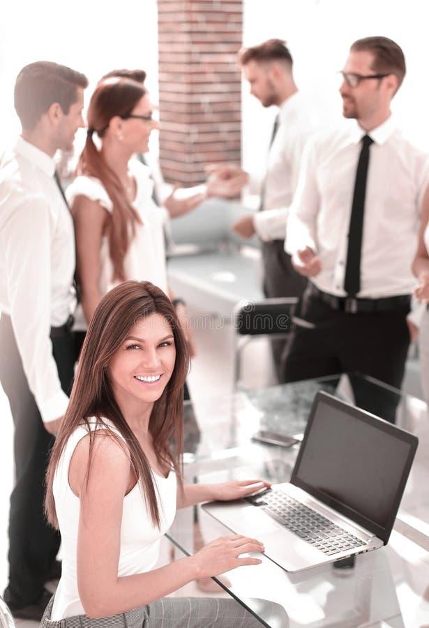 Programmierer, der im Softwareentwicklungs-Firmenbüro arbeitet lizenzfreie stockfotos