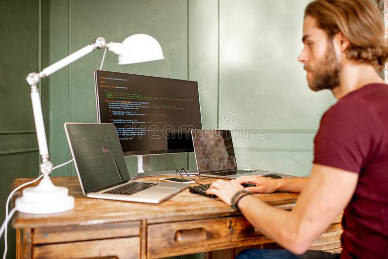 Programmierer, der mit Programmcode arbeitet lizenzfreies stockbild