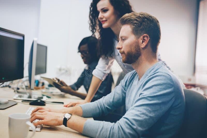 Programmierer, die bei Informationstechnologiefirma zusammenarbeiten stockfoto