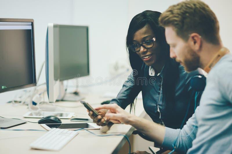 Programmierer, die bei Informationstechnologiefirma zusammenarbeiten stockbilder