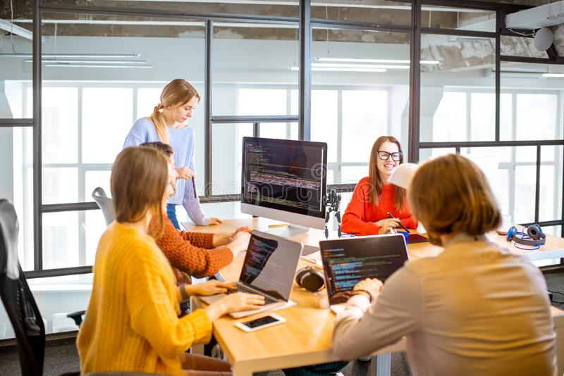 Programmierer, die im Büro arbeiten stockfotos
