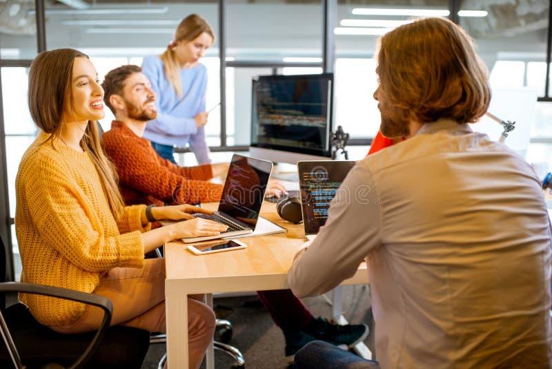 Programmierer, die im Büro arbeiten stockbilder