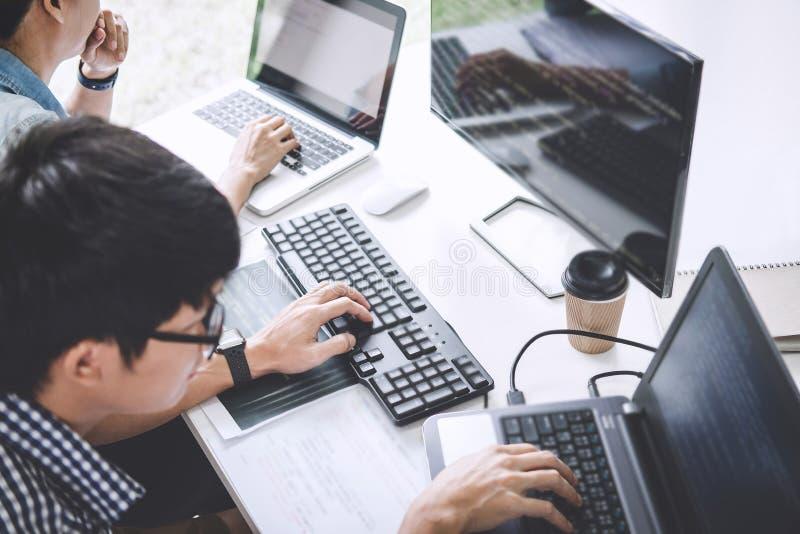 Programmierer, die an sich entwickelnder Programmierung und an Website wo zusammenarbeiten stockfotos