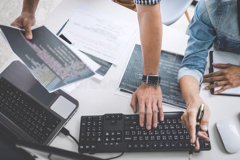 Programmierer, die an sich entwickelnder Programmierung und an Website wo zusammenarbeiten lizenzfreies stockfoto